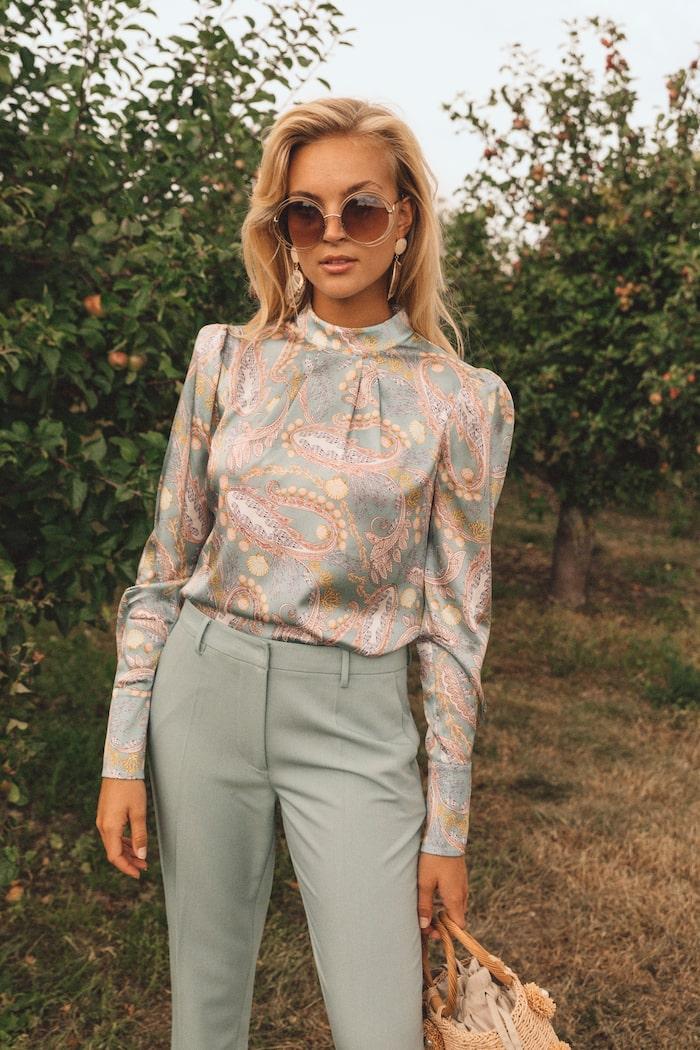 Blus och kostymbyxor från By Malina vårkollektion 2021.
