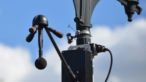 De fyra mikrofonerna kan fånga upp ljudet väldigt exakt från ett område 360 grader runt enheten, och på så vis, med tillhörande mjukvara, beräkna avstånd och vinkel till det fordon som för oljud.