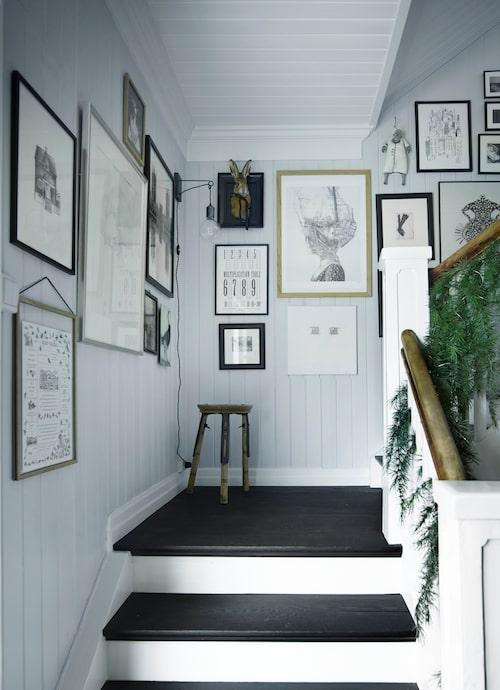Trappan är fylld av konst, mestadels skapade av Cathrine Borge själv.