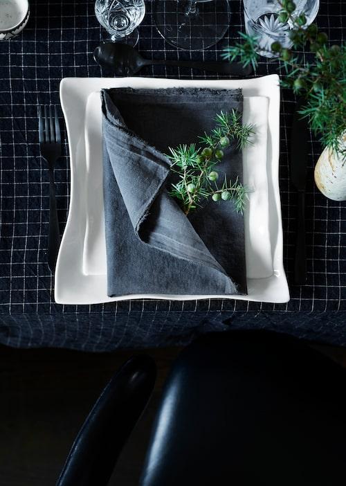 Enbärskvistar pryder varje kuvert. Tallrikar Perfect imperfection i design av Roos Van de Velde, Serax.  Svarta bestick, Housedoctor, duk, Linge particulier.