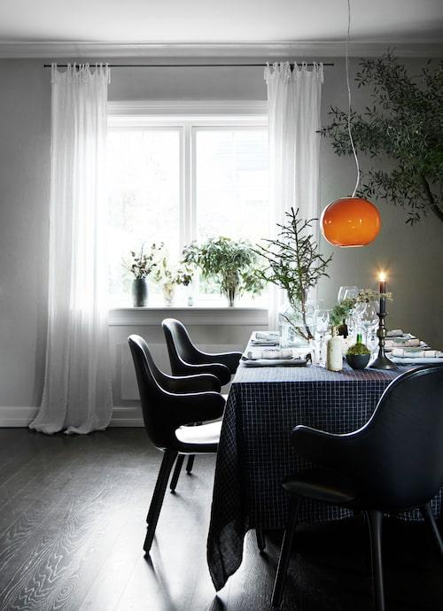 Grönskan är viktig vid middagsbordet. Här sitter man bekvämt i stolen Catch, design Jaime Hayon för &Tradition.