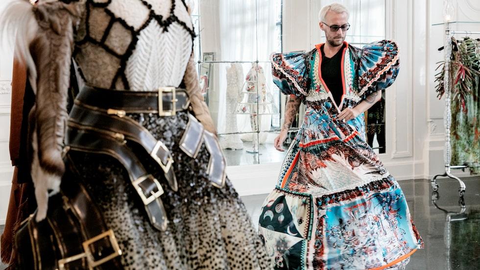 Fredrik provar en färgstark klänning i ikonen Jean Paul Gaultiers showroom.