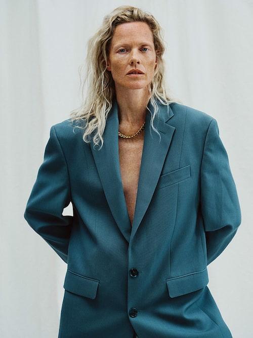 Marianne Schröder bär: Kavaj av polyester/ull, 5700 kr, och byxor av polyester/ull, 4000 kr, båda Acne Studios. Hals - band av guldpläterat silver, 3999 kr, Nootka.