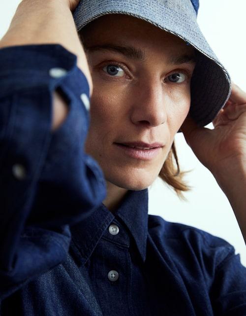 Skjorta av bomull, 399 kr, Esprit. Hatt av bomull, 1900 kr, Acne Studios/MyTheresa.