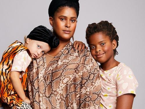Joanna med sina tre barn.
