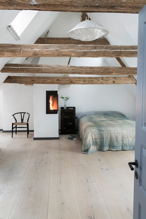 Naturligt snyggt i sovrummet. Golvet från Dinesen är gjort av kärnveden från stora ekträd.