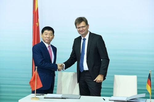 Wei Jianjun (Great Wall) och Klaus Fröhlich (BMW/Mini) skakar hand sommaren 2108 när samarbetet undertecknas.