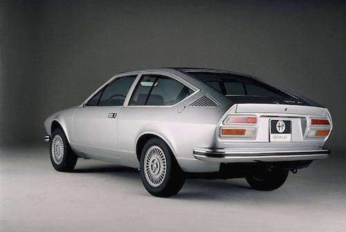 Alfa Romeo brukade göra snygga bilar och Alfetta GT var inget undantag. Hatthyllan följde med när bakluckan öppnades och blottade ett oväntat stort bagageutrymme.