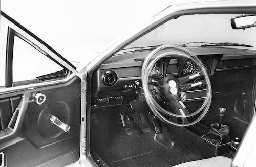 I de tidiga årsmodellerna tronade varvräknaren ensam framför ratten med övriga instrument förpassade till instrumentpanelens mitt. Detta snygga och sportiga men likväl bisarra arrangemang ändrades 1982. Ställbar ratt var ingen självklarhet vid tiden.