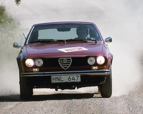 Alfetta i GT-utförande passade bäst på snabba landsvägar där den nästan ideala viktfördelningen och mjuka fjädringen kom till sin rätt. På tajta racingbanor krängde bilen alltför mycket och växellådan hade svårt att hänga med.