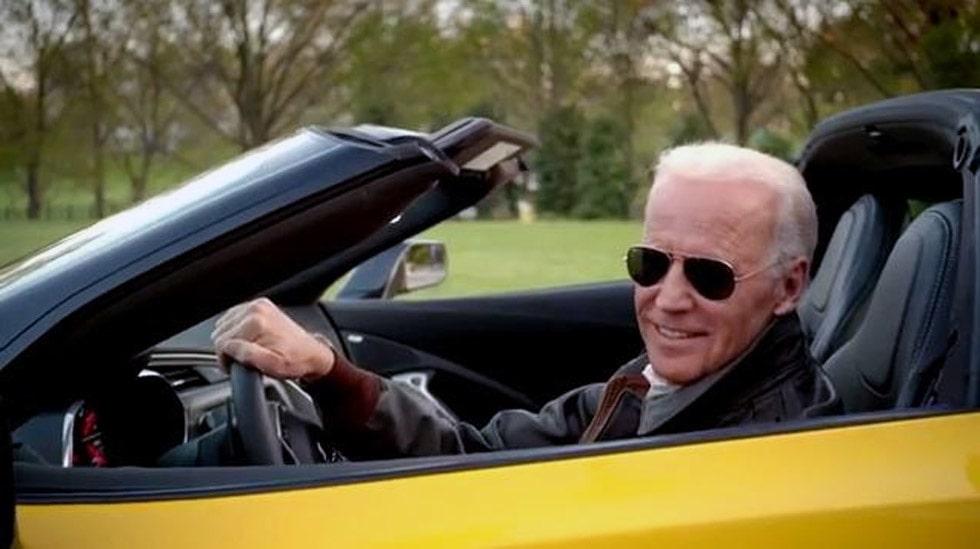 Joe Biden, USA:s mäktigaste man efter Obama, bakom ratten i nya Corvette Stingray.