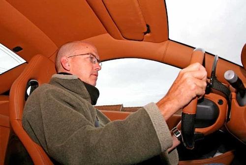 Matt Davis tycker att styrningen egentligen är för lätt i motorvägsfart.