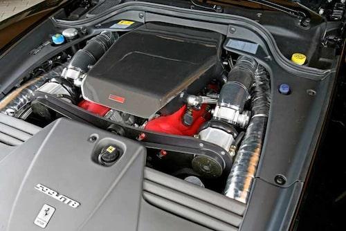 Motoreffekten ökar från 620 till hela 808 hästkrafter. Det stora jobbet görs av dubbla kompressorer från Rotrex.