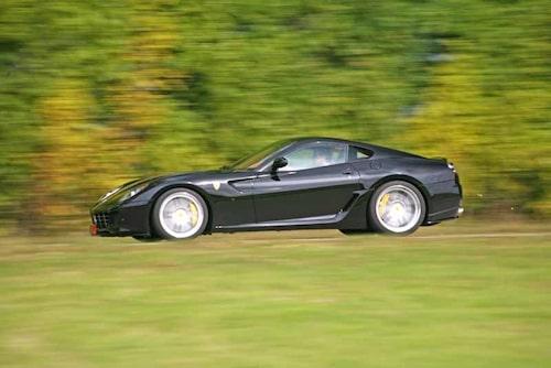 En landsvägsbil som blir din för 2 430 000 kronor. Dyrt? Men du får ju både en Ferrari och en Novitec Rosso!