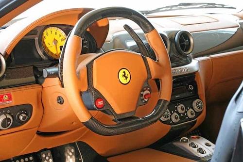 Ratten har Novitec Rosso egenhändigt plattat till. Utförande i skinn och kolfiber. Även paddlarna bakom ratten är i kolfiber. Är du nöjd med motoreffekten i din vanliga Ferrari 599 kan du köpa ratten separat. Pedaler och fotstöd är av Novitec Rosso-design.