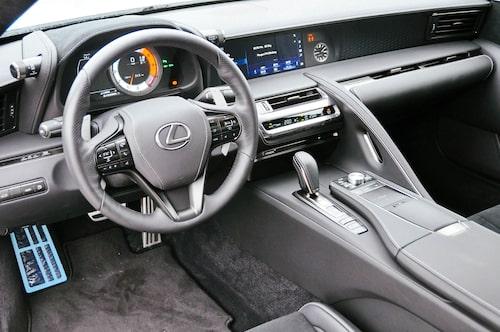Interiör likt ett rymdskepp, som sig bör i en Lexus.