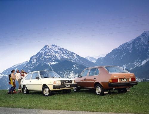 343 GL och 345 GL från 1980 uppställda i exotisk miljö. Riktigt så glada som personerna på bilden var inte de flesta 340-ägare. Modellserien drogs med många barnsjukdomar som inte botades förrän i slutet på 1970-talet.
