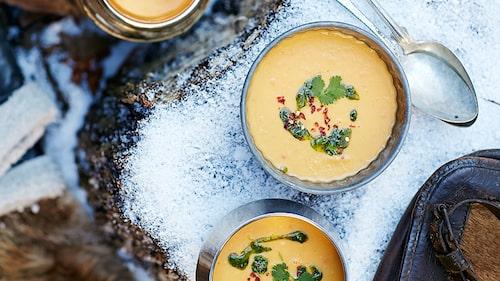 Duka upp en picknick i pulkabacken och bjud familjen på en värmande asiatisk soppa för en extra mysig vinterupplevelse.