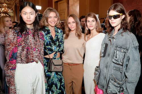 Stella McCartney omgiven av modeller, efter visningen av kollektionen för vår/sommar 2018.