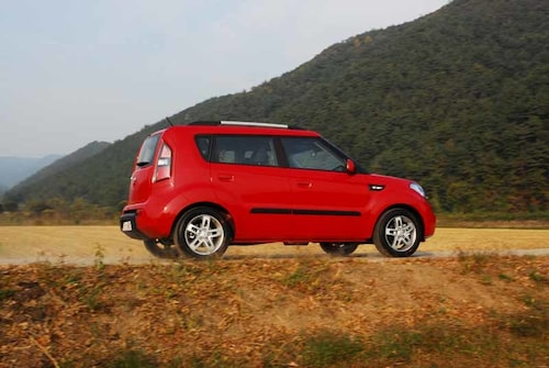 Bilen är hög och  lätt att komma i.  En ungdomsbil, säger Kia. Alldeles utmärkt för äldre, säger vi.