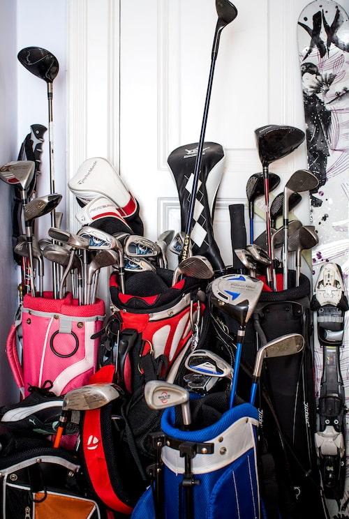 Golfbagarna i hallen skvallrar om en av Andreas och hans fru Lisas hobbyer.