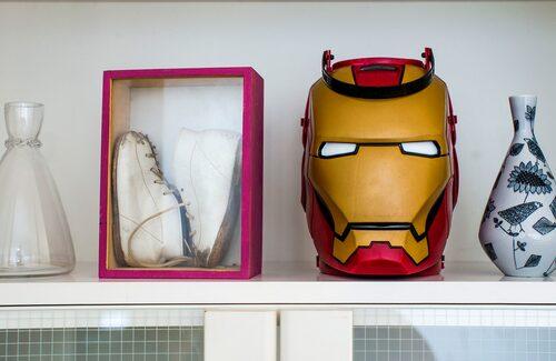 På en hylla i vardagsrummet samsas Andreas första par skor med barnens Halloween-godishink i form av en transformer.