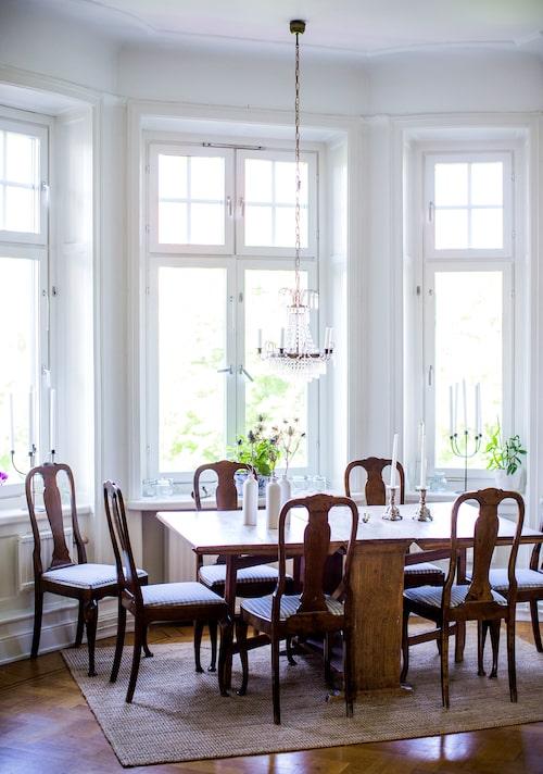 """I den del av den storalägenheten somtillhör Andreassvärmor Kerstin blandas gammaldags elegans och arvegods med moderna designklassiker. """"Jag vet att det finns en historia om bordet, men jag minns inte riktigt. Jag trordet kommer uppe från Norrland."""""""
