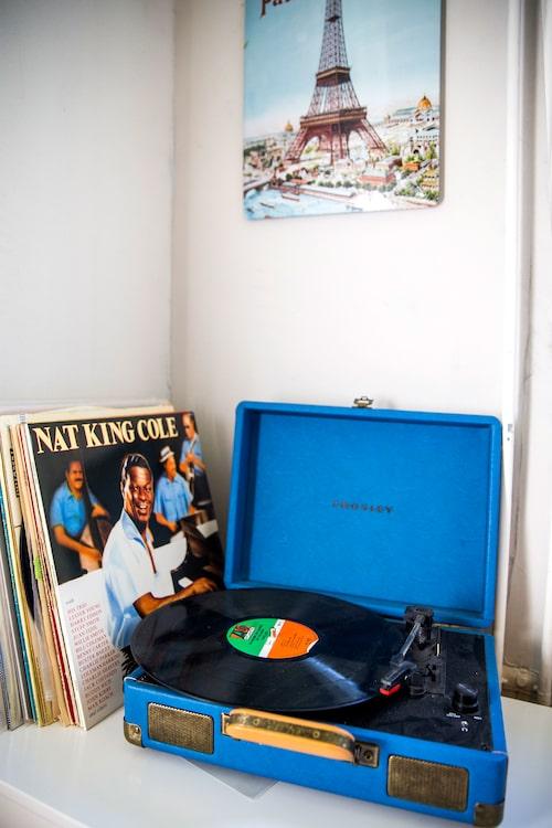 Den gamla resevinylspelaren i ena kökshörnan är inte bara en dekorativ detalj – på den spisar Andreas sina gamla vinylskivor som får sprida mysstämning under middagar med familj och vänner. Han lyssnar på bland annat Nat King Cole, Beatles, Liza Minnelli och Judy Garland.