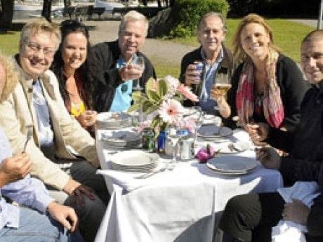<p>En stor del av sill-panelen &auml;r aktuella i musikalen Rasmus p&aring; luffen som har premi&auml;r i h&ouml;st p&aring; Oscarsteatern i Stockholm. Fr&aring;n v&auml;nster: Staffan G&ouml;testam, regiss&ouml;r, Lars-&Aring;ke &quot;Babsan&quot; Wilhelmsson, artist och kostymdesigner, Nina S&ouml;derquist, musikalartist, Anders Berglund, komposit&ouml;r, Christer Svantesson, fiskkock p&aring; Sollidens restaurang p&aring; Skansen, Birgitte S&ouml;ndergaard, artist, Marko &quot;Markoolio&quot; Lehtosalo, artist och Tove Fylking, artist.</p>