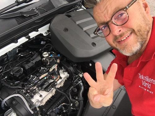 En, två, tre... Hans Hedberg har kontrollerat vad som finns under motorkåpan, och mycket riktigt finns där tre cylindrar.