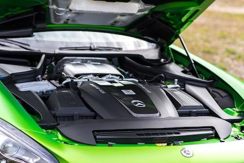 585 hk och 700 Nm är 75 fler hästar och 50 fler Nm än i AMG GT S.