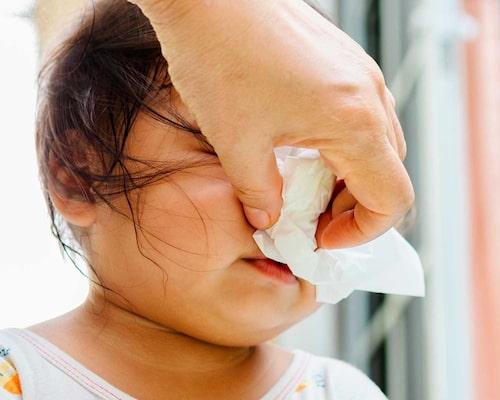 Allmäntillståndet avgör om barnet kan gå på förskolan – inte färgen på snoret, menar barnläkaren.
