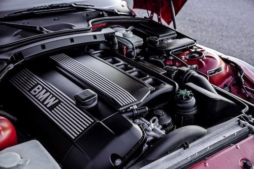 Minsta motorn i Z3 Coupé är inte så liten. 193 hästar ur en rak sexa på 2,8 liter räcker långt.