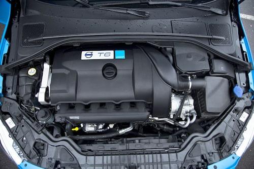 Större turbo och laddluftkylare på T6:an. Nu 350 hästkrafter. En V60 har aldrig låtit rivigare!