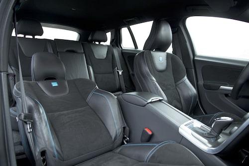 Volvos sportstolar med blå söm och små diskreta gummidekaler. Bra sits för långfärdsåkning.