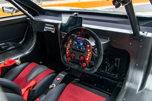 Som sig bör i en racingbil: alcantaraklädd ratt med skärm och massor knappar.