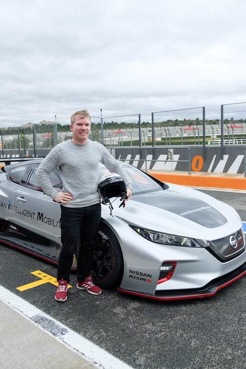 Så här glad var Oskar precis innan han fick veta att han inte skulle få köra Nismo RC för fullt.