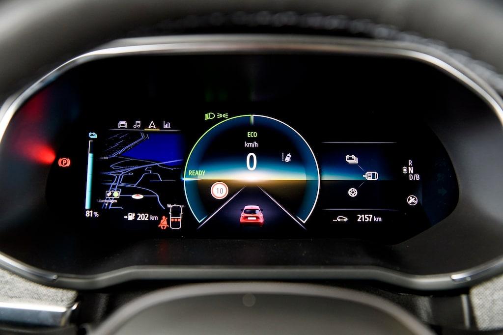 Heldigital instrumentering. TomTom navigationssystem är standard i Intens-versionen.