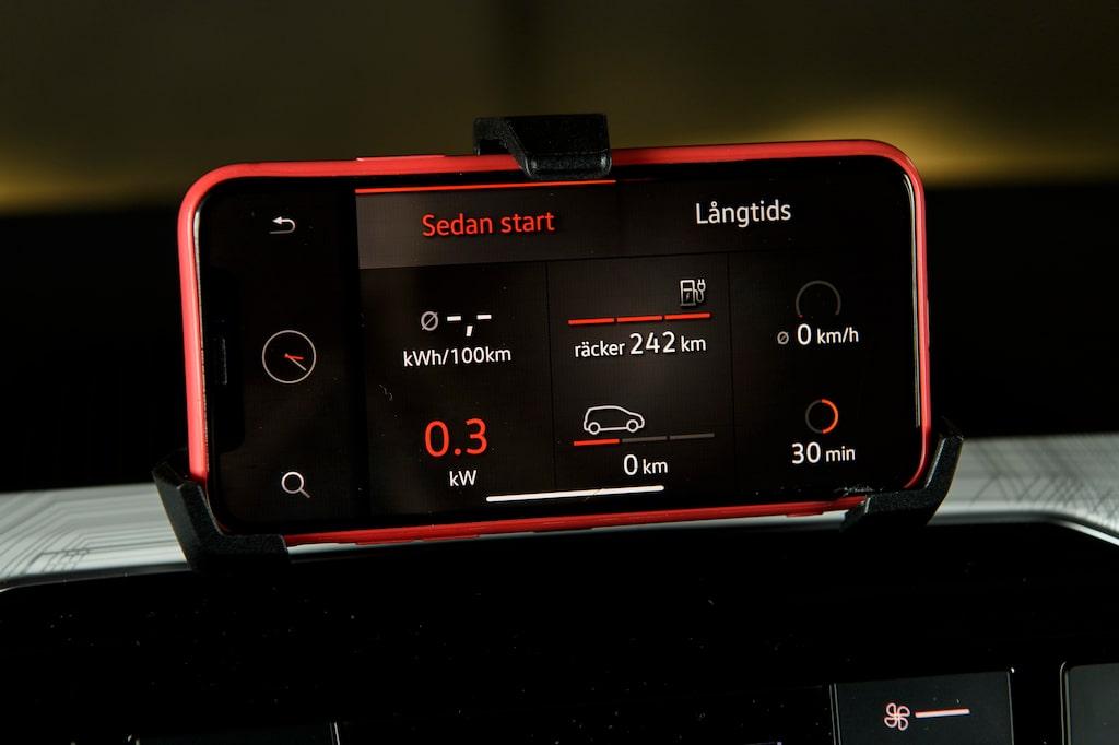 Färddatorn visar bara återstående räckvidd. Vill du veta allt måste du koppla upp Seats app till bilen.