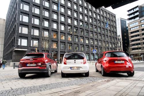 Tre elbilar, parkerade utanför Sveriges Riksbank.