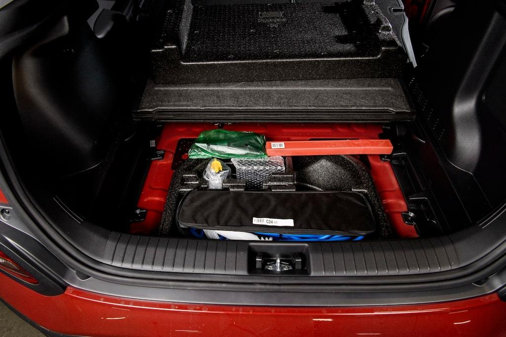Under lastgolvet finns extra plats för att stuva bilens laddkablar – om man packar väl.
