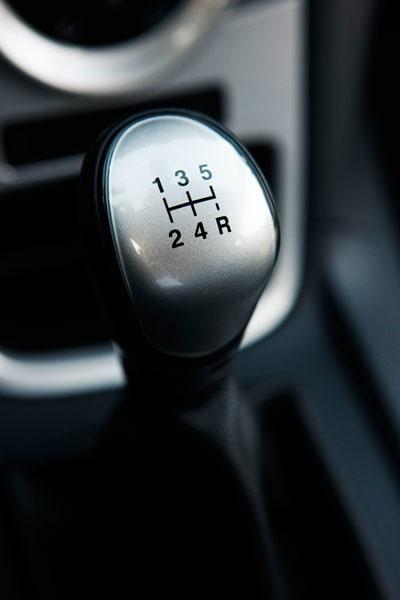 """""""Bara"""" fem växlar men det känns alldeles lagom. Som vanligt är Ford-lådan distinkt och lättväxlad."""
