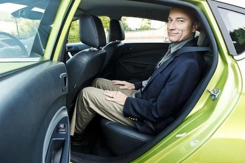 Reporter Stjerna noterar att det går bra att sitta där bak även i en liten småbil.