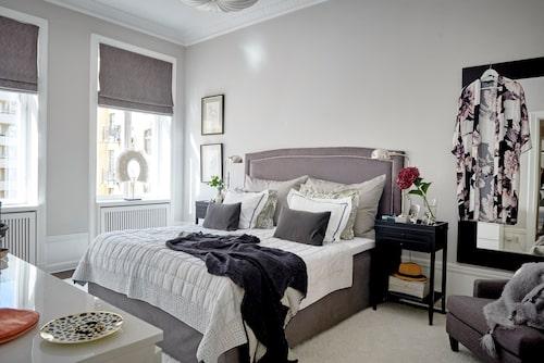 Mycket textilier ger ett ombonat intryck i sovrummet. Även här bidrar den ljusa, väl tilltagna mattan till den lyxiga känslan. Sängkläder, Mille notti, pläd, Kamelo, kimono, Soft rebels.