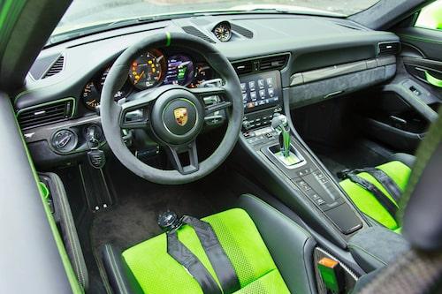 Inga vred som stör på ratten i alcantara. Alla viktiga knappar sitter bakom spaken som styr PDK-lådan. Paddlarna på ratten är perfekt utformade.