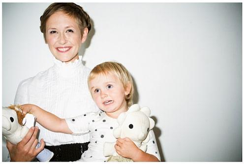 """""""En ny dörr öppnades i mitt hjärta när jag blev mamma"""", säger Johanna Hofring."""