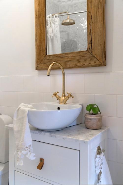 Det lilla badrummet har en lyxig känsla. Skåpet från Ikea har fått en marmorbänkskiva. Handfatet från Bauhaus, blandare från Tapwell. Handduk från Fira habitat.