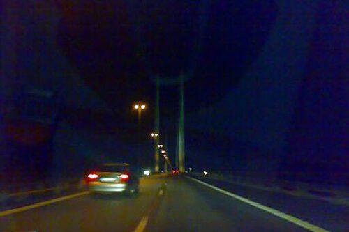 Här äntrar killarna Öresundsbron...