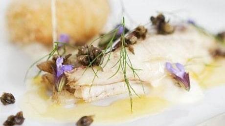 Smörkokt flundra med potatis- och idplätt, salviasmör, anjovis och friterad kapris
