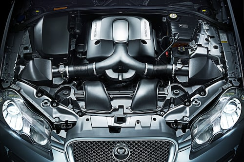 Här visas värstingmotorn, en V8 på 4,2 liter med kompressor - SV8 som Jaguar valt att kalla den.